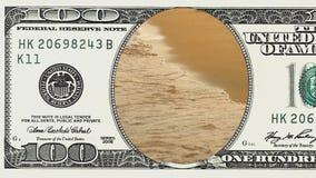 Il mare ondeggia precipitare al tramonto nella banconota in dollari 100 stock footage