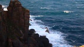 Il mare ondeggia sulle rapide stock footage
