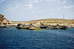 Il mare oscilla in chiaro il mar Mediterraneo blu immagine stock libera da diritti