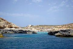 Il mare oscilla in chiaro il mar Mediterraneo blu fotografia stock