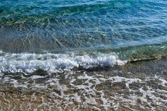 Il mare vicino alla riva Wave e schiuma del mare Immagini Stock Libere da Diritti