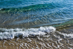 Il mare vicino alla riva Wave e schiuma del mare Fotografia Stock Libera da Diritti