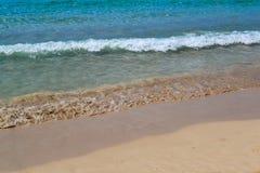 Il mare vicino alla riva Wave e schiuma del mare Immagine Stock
