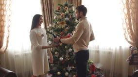 Il marito dà il regalo di Natale alla sua moglie video d archivio