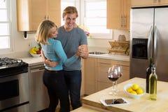 Il marito e la moglie ballano tenendo la relazione romanzesca ed allegra forte ad una data domestica Immagini Stock