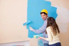 Il marito e la moglie che fanno rinnovamento a casa fotografia stock libera da diritti
