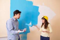 Il marito e la moglie che fanno rinnovamento a casa fotografie stock libere da diritti