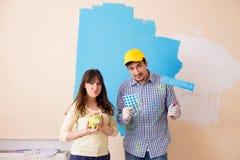 Il marito e la moglie che fanno rinnovamento a casa fotografia stock