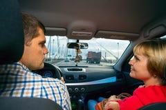 Il marito e la moglie se esaminano nell'alta velocità dell'automobile Fotografie Stock Libere da Diritti