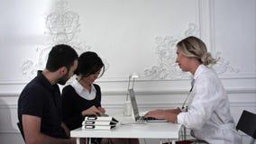Il marito e la moglie sono venuto per consultazione al medico nell'ufficio Immagini Stock Libere da Diritti