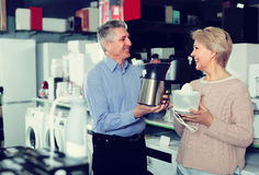 Il marito e la moglie stanno comprando nel negozio degli elettrodomestici juic fotografie stock libere da diritti
