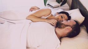Il marito e la moglie svegliano di mattina nella camera da letto video d archivio