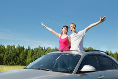 Il marito, moglie organizza le mani in portello dell'automobile Immagine Stock