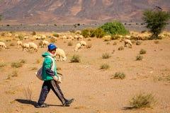 Il Marocco del sud - 4 novembre 2016: Giovane pastore marocchino Fotografia Stock Libera da Diritti