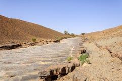 Il Marocco, valle di Draa, fiume di pietra fotografia stock