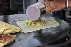 Il martabak tradizionale indonesiano dell'alimento fa un spuntino il cuoco di sayuran degli alimenti a rapida preparazione Fotografia Stock