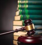 Il martelletto del giudice davanti ad un mucchio dei libri di legge Fotografie Stock Libere da Diritti