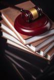 Il martelletto del giudice e libri di legge su una tavola nera Immagini Stock Libere da Diritti