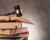 Il martelletto del giudice sopra i libri con copyspace Fotografie Stock