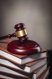 Il martelletto del giudice su un mucchio dei libri con lo spazio della copia Fotografia Stock Libera da Diritti