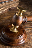 Il martelletto ed il vecchio libro del giudice Fotografia Stock Libera da Diritti