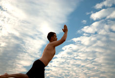 Il maschio è impegnato nell'esercizio di yoga di forma fisica Fotografia Stock