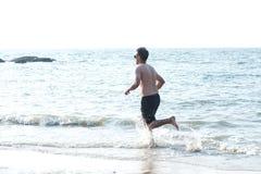 Il maschio è un esercizio di yoga di forma fisica con funzionamento Fotografie Stock Libere da Diritti