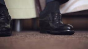 Gli Uomini Che Legano Le Sue Scarpe Allacciano Stock Footage