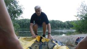 Il maschio anziano si è ritirato il turista che mette sulla tenda Turismo verde, facente un'escursione archivi video