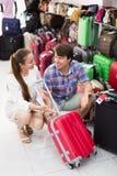 Il maschio e la femmina sceglie la valigia Fotografie Stock Libere da Diritti
