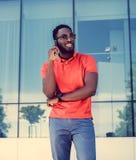 Il maschio nero sorridente si è vestito in una camicia di polo rossa Immagine Stock Libera da Diritti