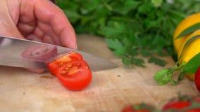 Il maschio passa il pomodoro di taglio stock footage
