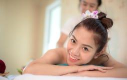 Il massaggiatore che fa la stazione termale di massaggio con il trattamento sull'ente asiatico della donna nello stile di vita ta Fotografia Stock Libera da Diritti