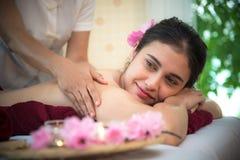 Il massaggiatore che fa la stazione termale di massaggio con il trattamento sull'ente asiatico della donna nello stile di vita ta Immagine Stock