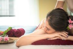 Il massaggiatore che fa la stazione termale di massaggio con il trattamento sull'ente asiatico della donna nello stile di vita ta Immagine Stock Libera da Diritti