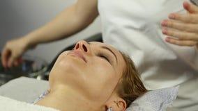 Il massaggiatore fa l'agopressione su un fronte femminile Medicina alternativa cinese video d archivio