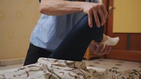 Il massaggiatore fa il massaggio tailandese nosh la ragazza nella stanza archivi video