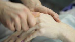 Il massaggiatore fa un massaggio della mano al cliente stock footage