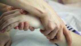 Il massaggiatore fa un massaggio della mano al cliente archivi video