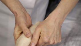 Il massaggiatore fa un massaggio della mano al cliente Trattamento della stazione termale per le mani stock footage