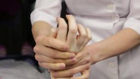 Il massaggiatore fa un massaggio della mano al cliente Trattamento della stazione termale per le mani archivi video