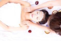 Il massaggiatore sta massaggiando sulla bella spalla del cliente durante l'incanto immagine stock libera da diritti