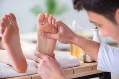Il massaggio del piede in stazione termale medica Fotografie Stock Libere da Diritti