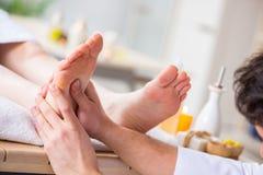 Il massaggio del piede in stazione termale medica Fotografia Stock