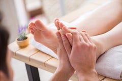 Il massaggio del piede in stazione termale medica Fotografia Stock Libera da Diritti