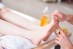 Il massaggio del piede in stazione termale medica Immagini Stock Libere da Diritti