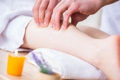 Il massaggio del piede in stazione termale medica Immagini Stock