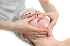 Il massaggio facciale con sfrega la maschera Immagini Stock