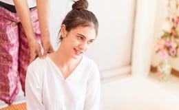 Il massaggio tailandese della stazione termale sta spingendo il massaggio tailandese della spalla della ragazza Immagini Stock Libere da Diritti
