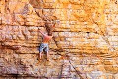 Il masso degli scalatori sull'arenaria oscilla sulla spiaggia fotografie stock libere da diritti